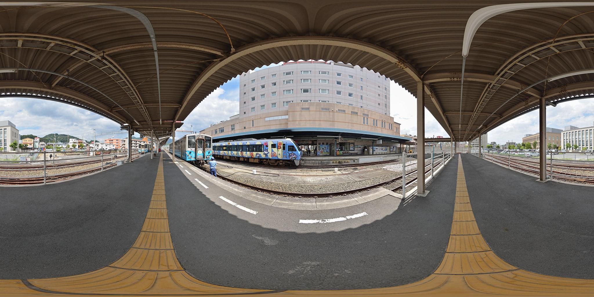 宇和島駅で出発を待つ2000系アンパンマン列車