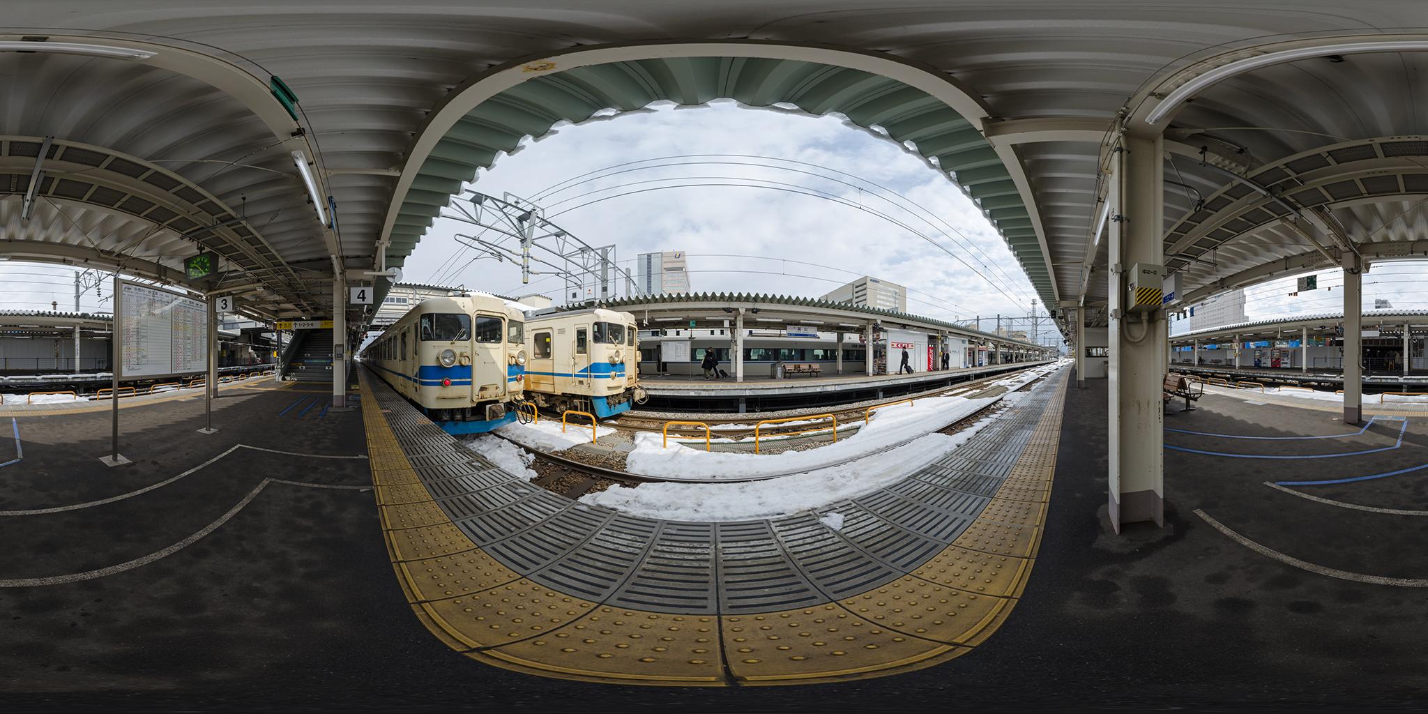 富山駅で並ぶ475系とサンダーバード