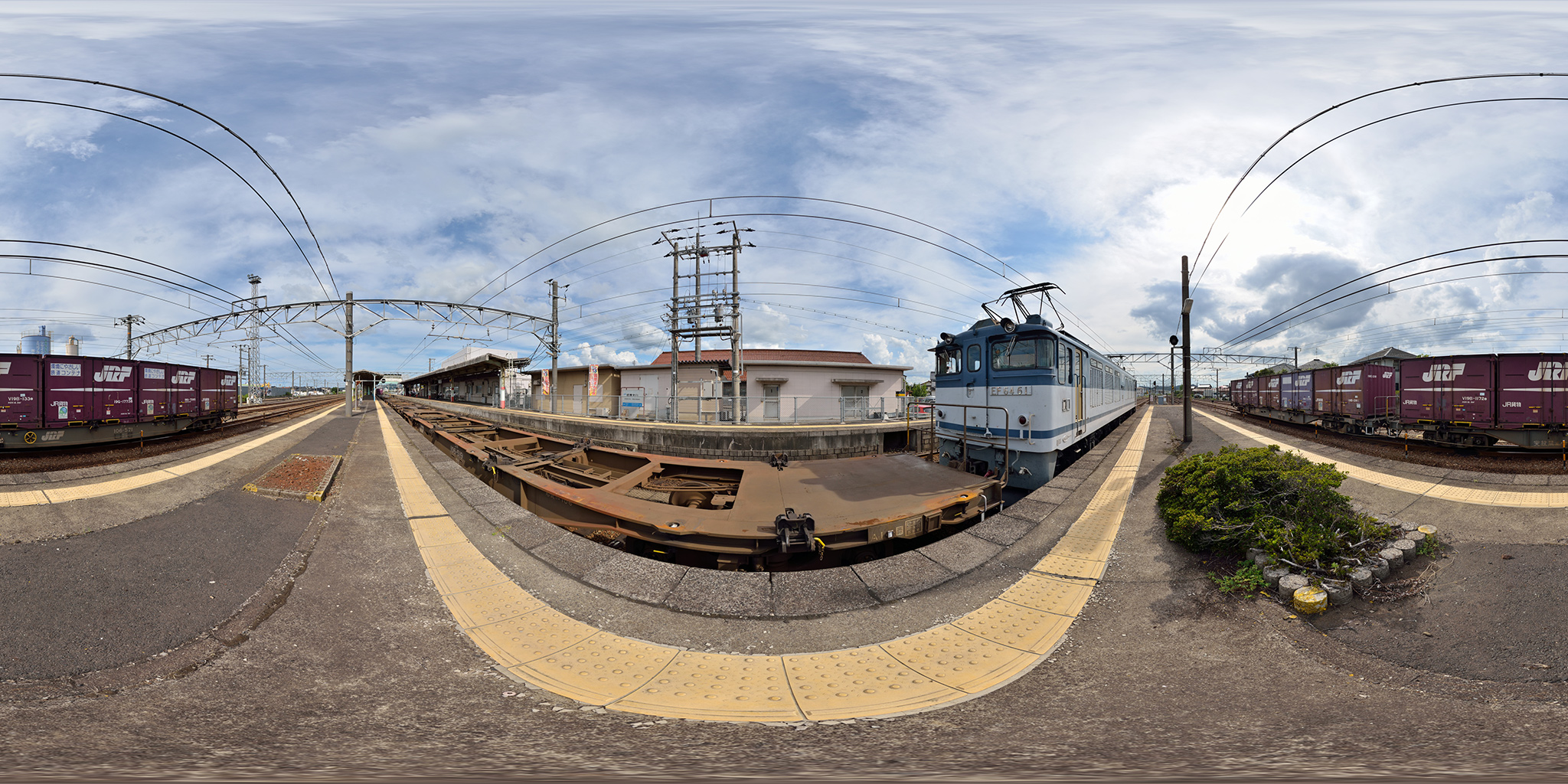 伯耆大山駅を発車するEF64 61