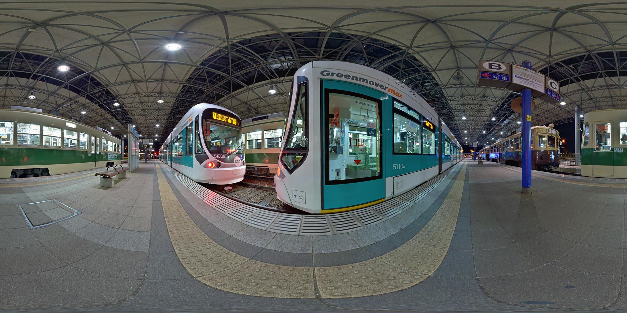 広島港電停に並ぶ路面電車とGreen mover max