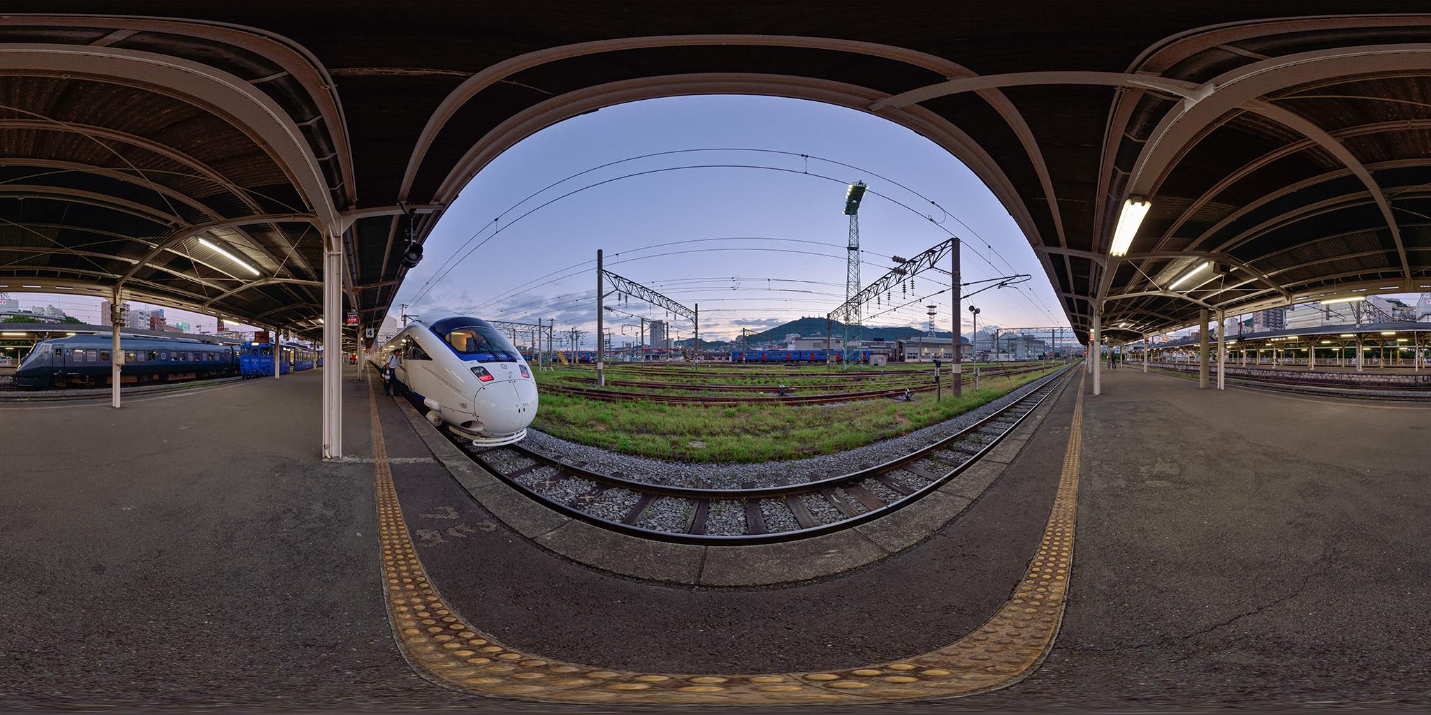 長崎駅に並ぶ特急[かもめ]885系と787系