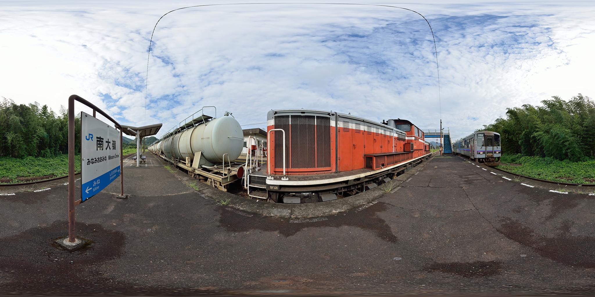 南大嶺駅で普通列車と交換する岡見貨物。DD51-833