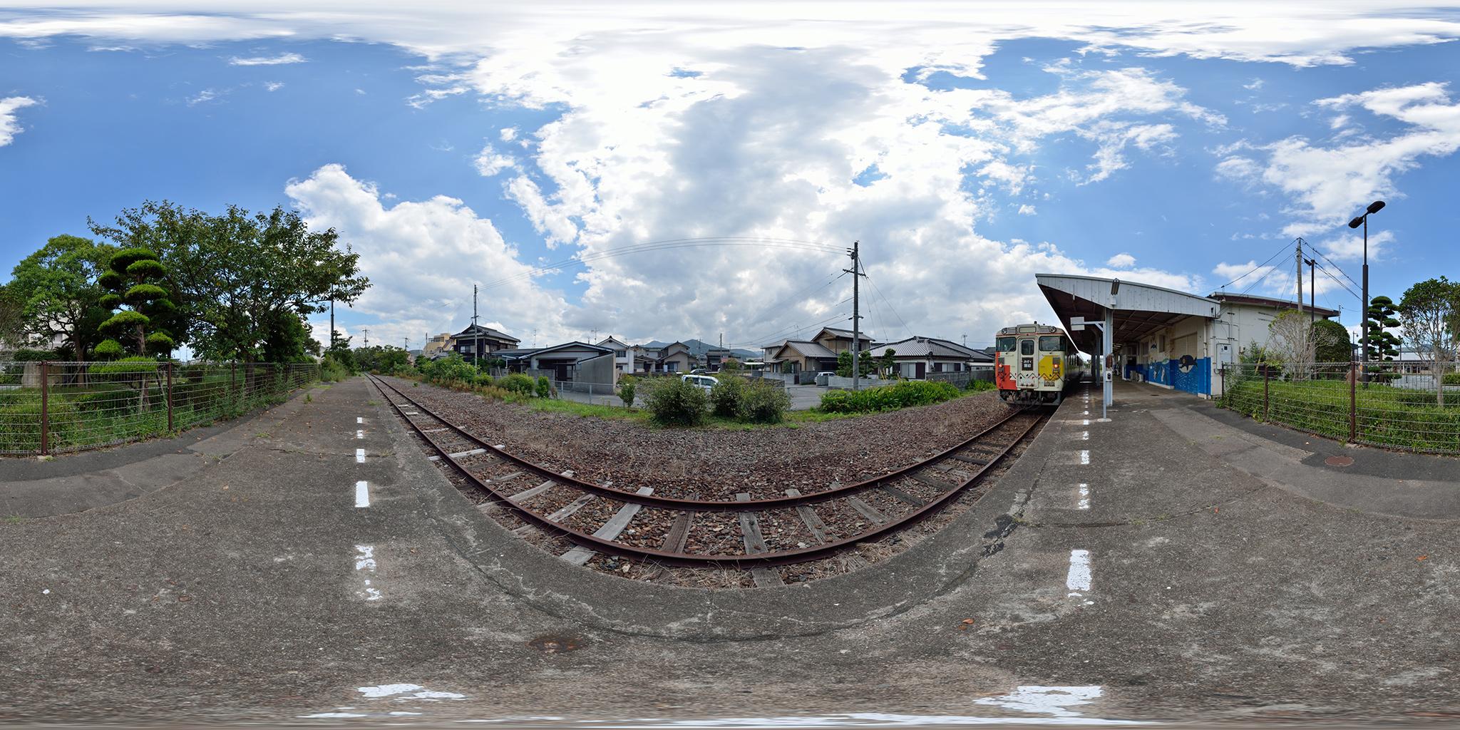 仙崎駅を発車する観光列車「みすゞ潮彩」