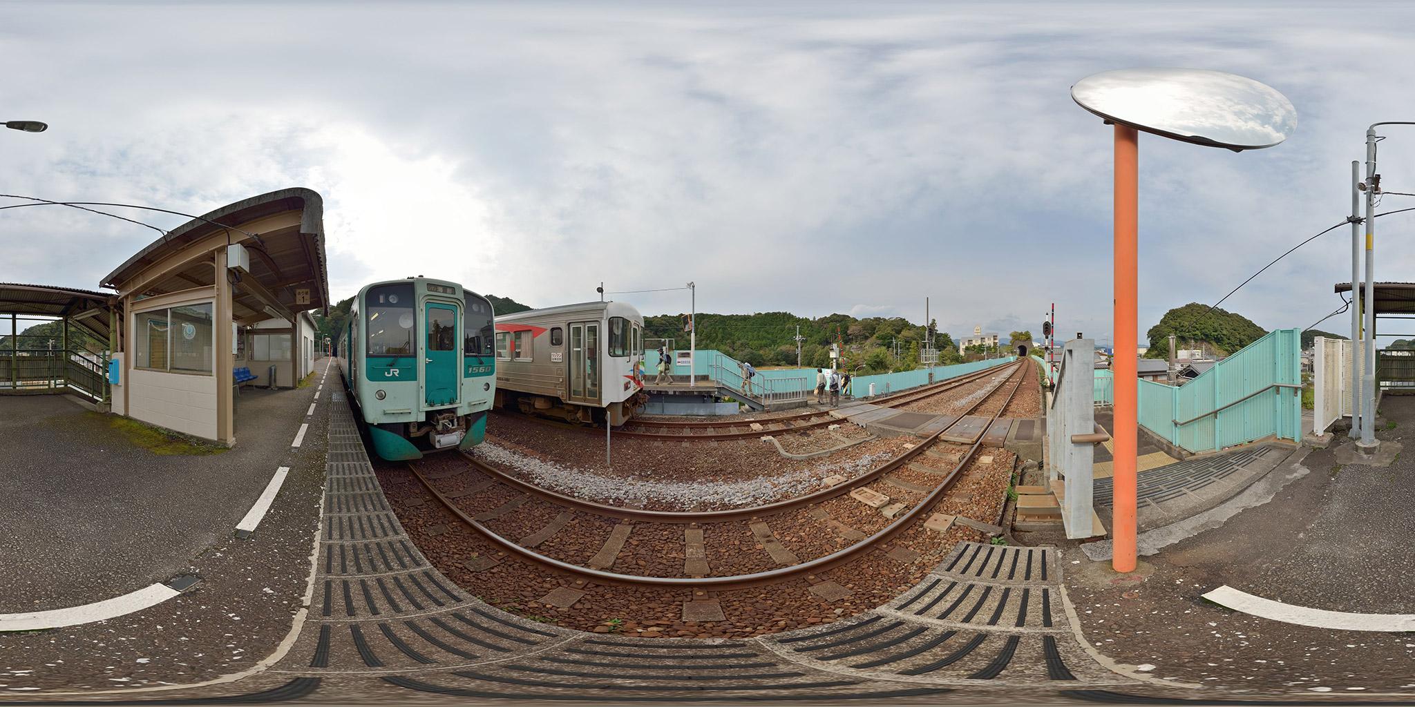 牟岐線の終着、海部駅でJRと安佐鉄の気動車が並ぶ