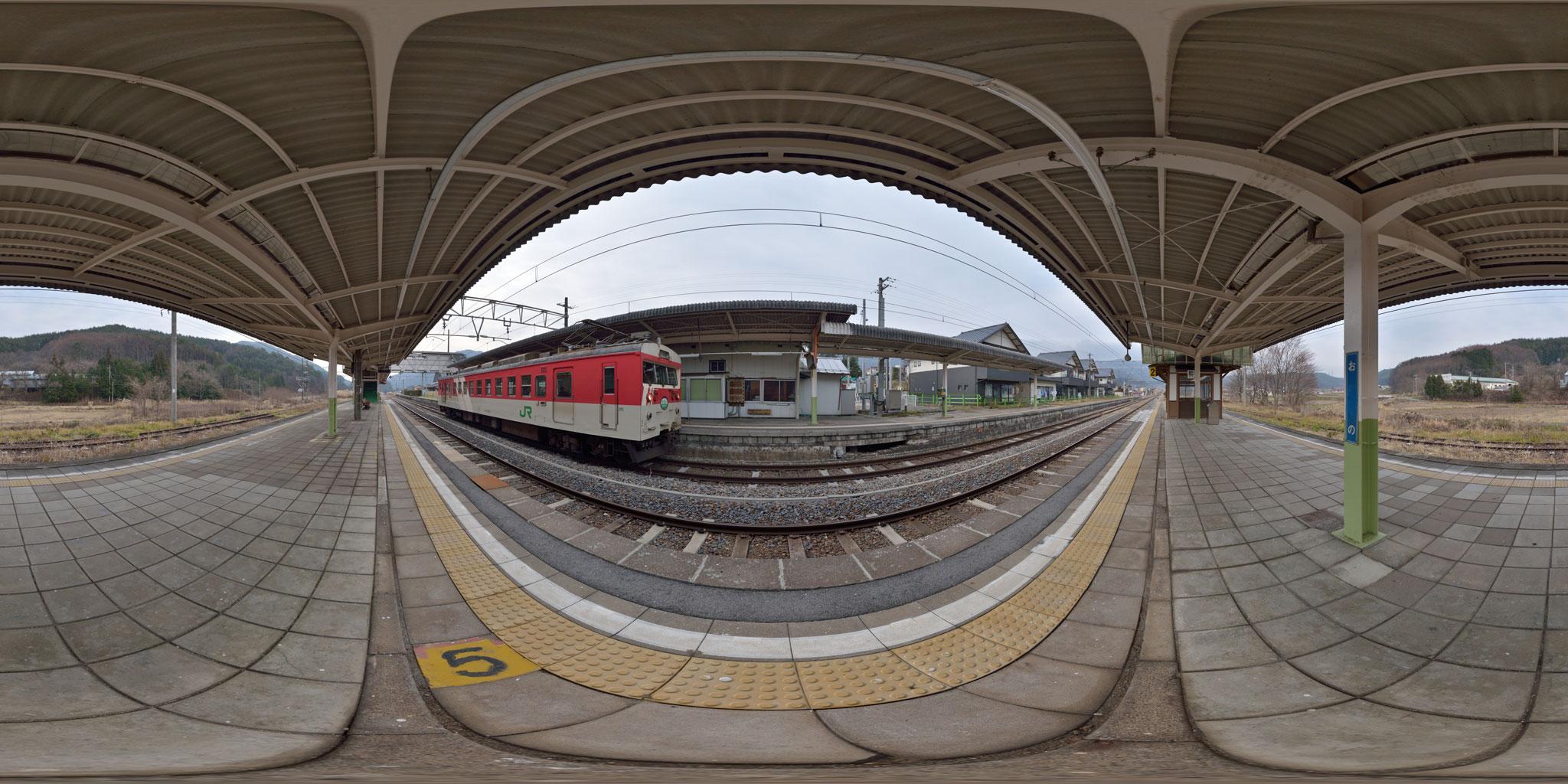 小野駅に停車中のミニエコー