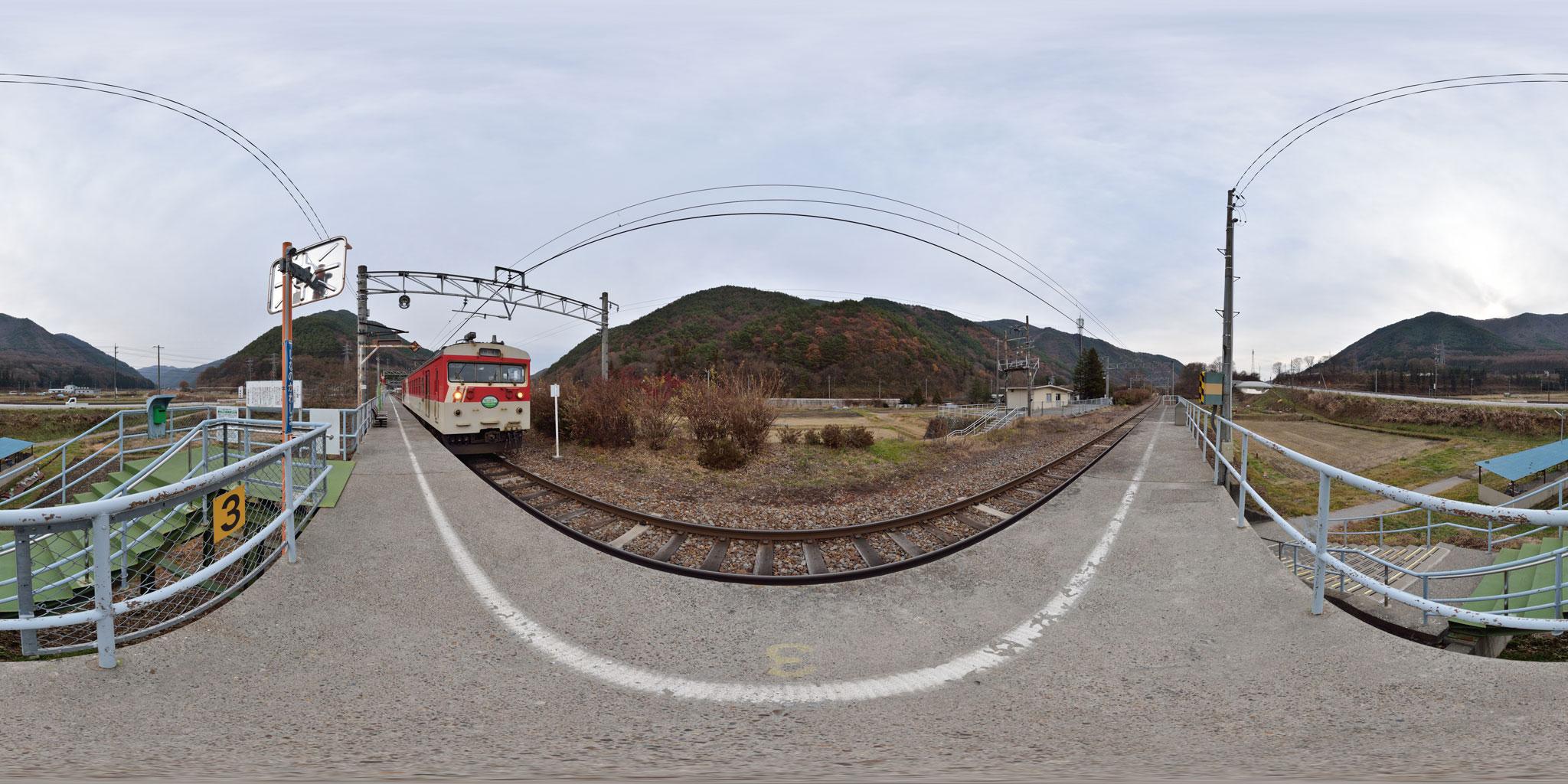 信濃川島駅に停車中のミニエコー
