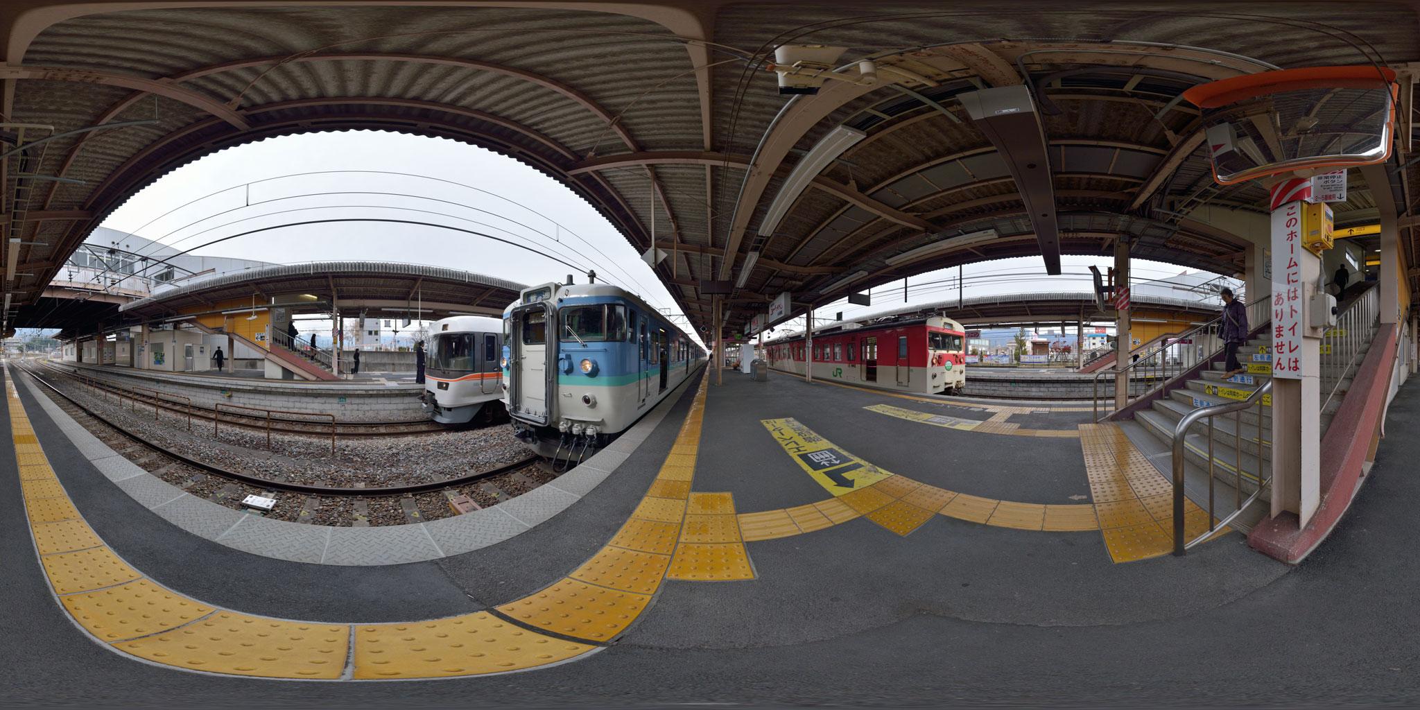 塩尻駅で383系・115系と並ぶミニエコー