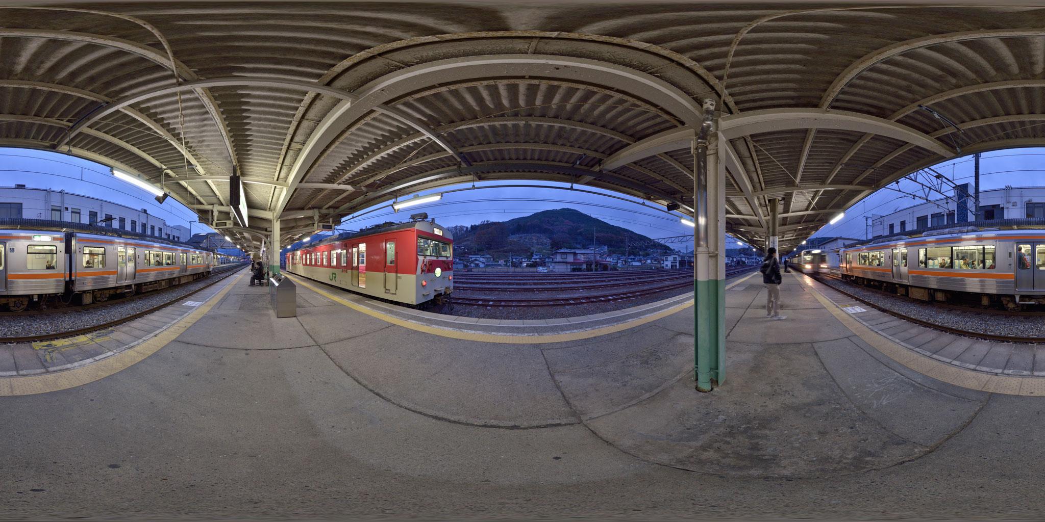 辰野駅に停車中のミニエコーと飯田線