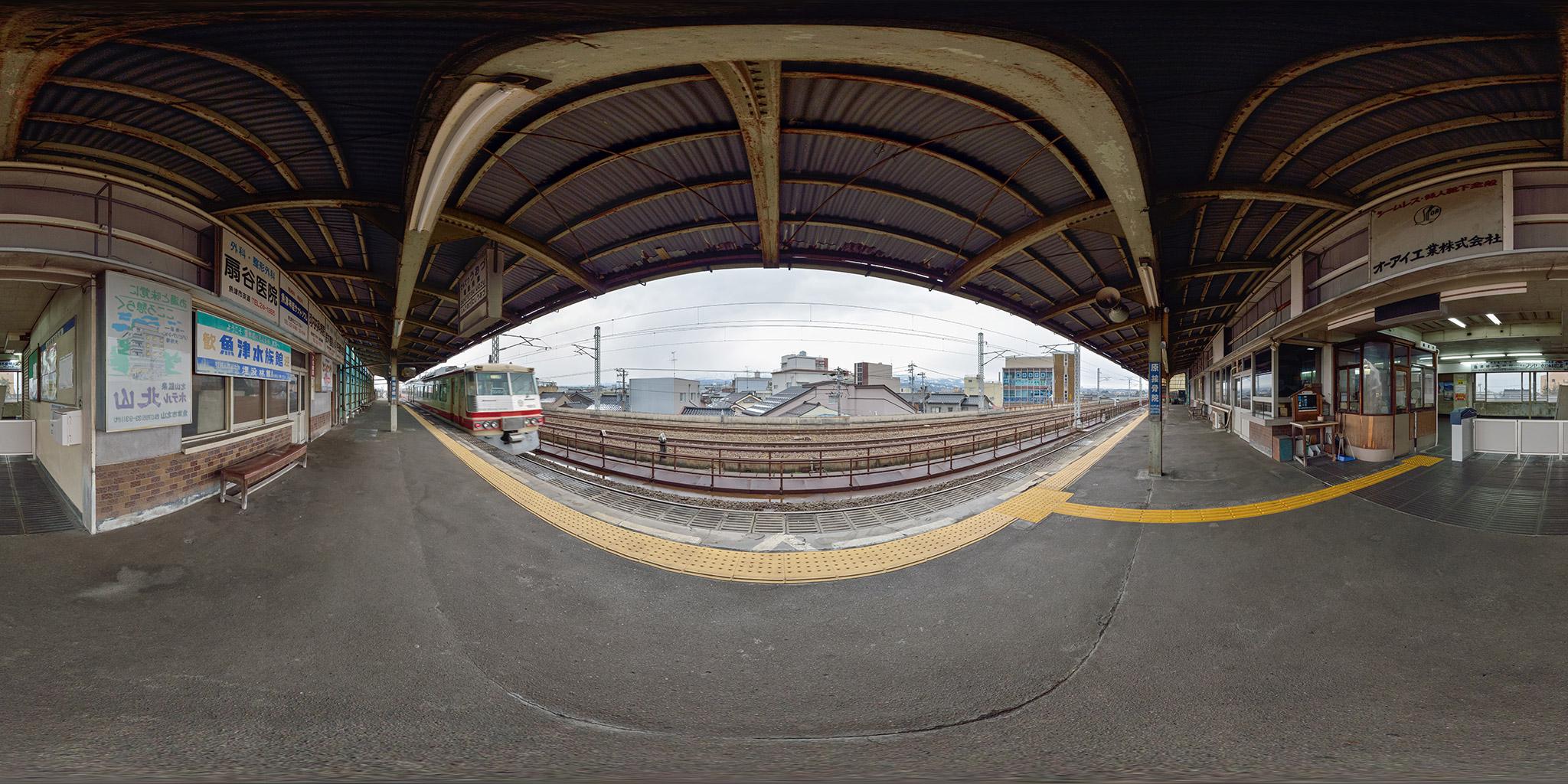 電鉄魚津駅を発車する16010形