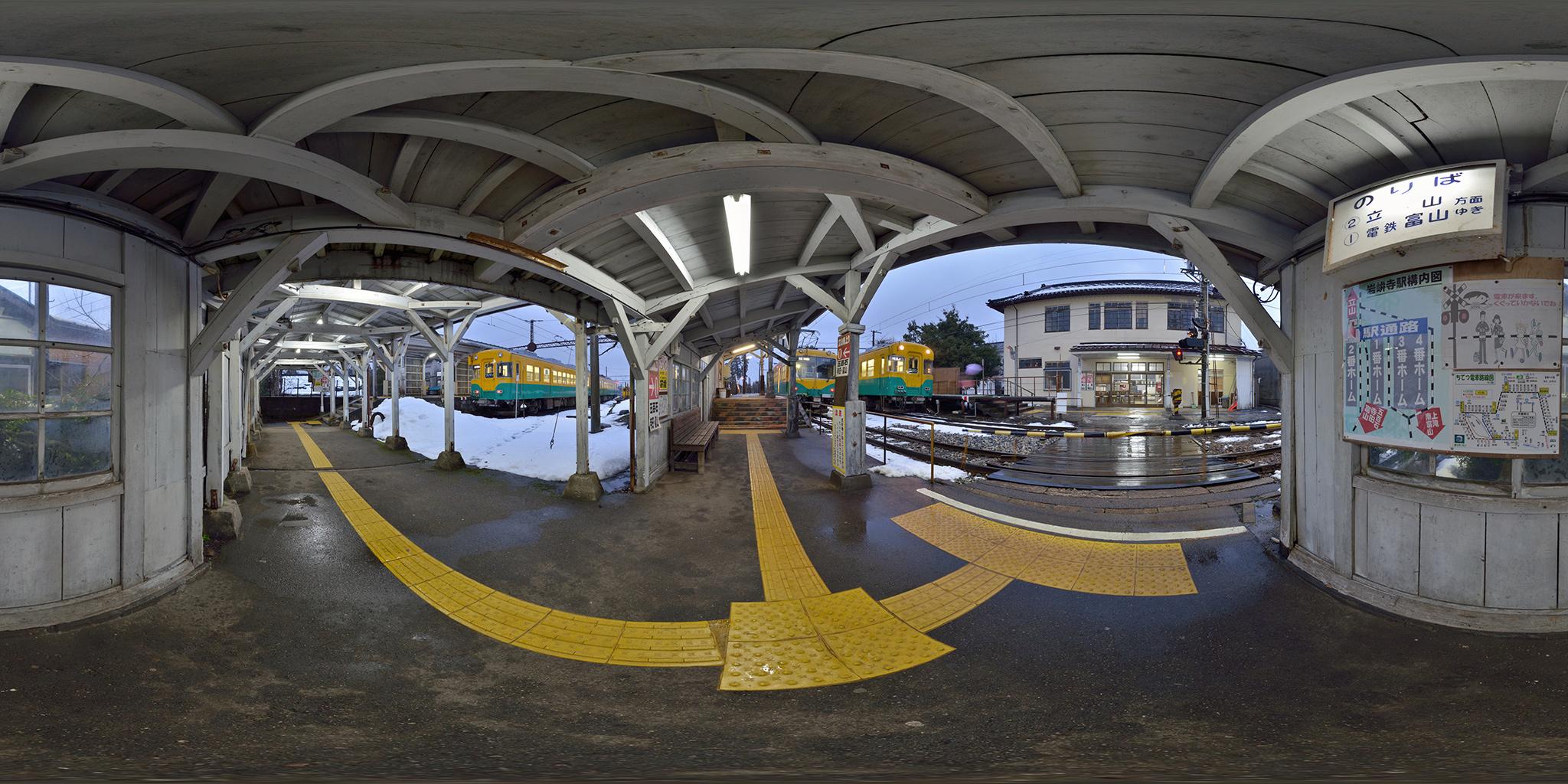 古い佇まいの岩峅寺駅