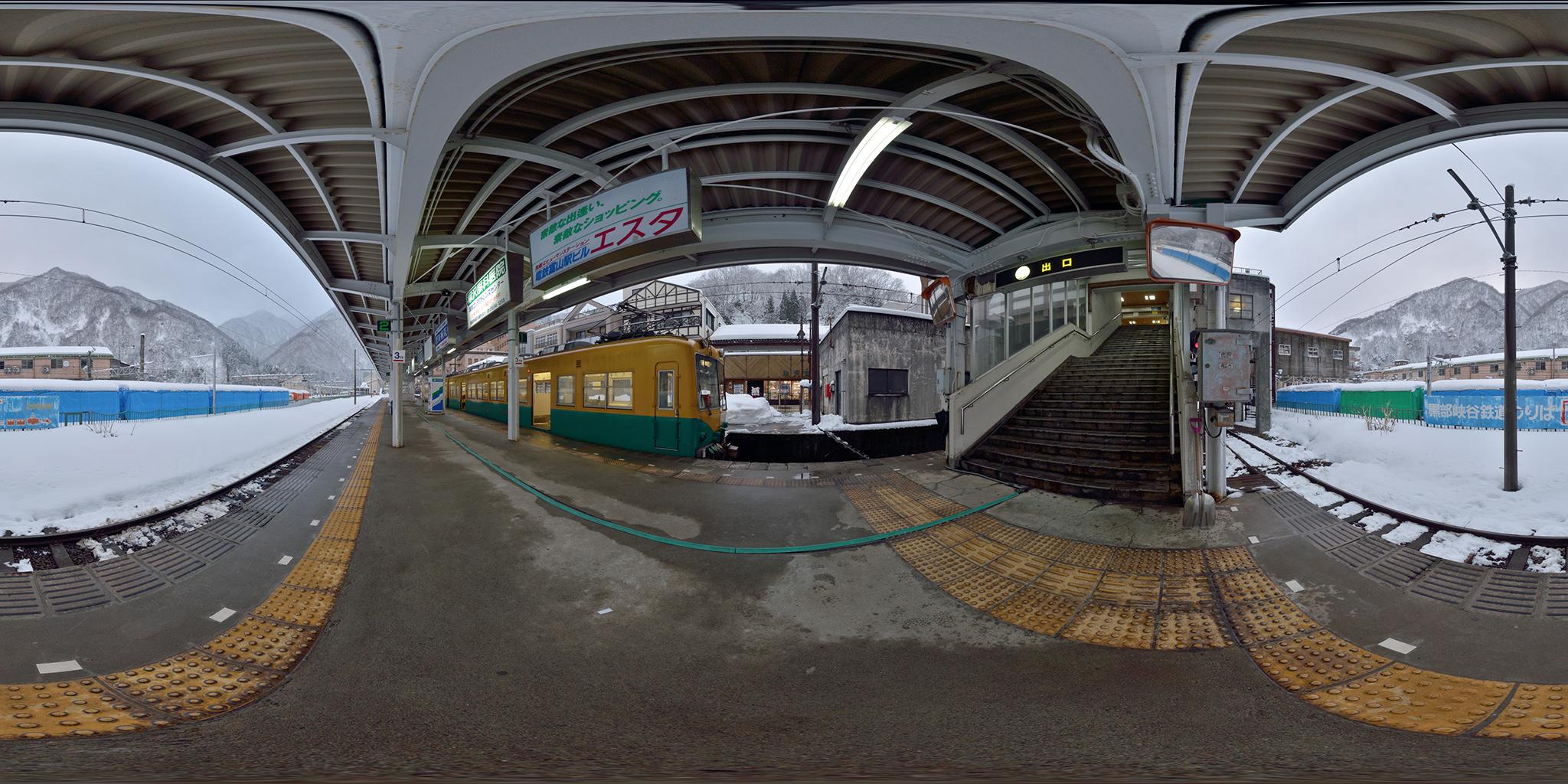 冬期は閑散とした宇奈月温泉駅