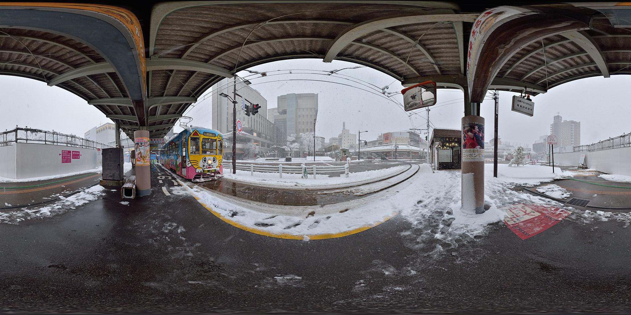 旧高岡駅前電停に停車中のデ7073
