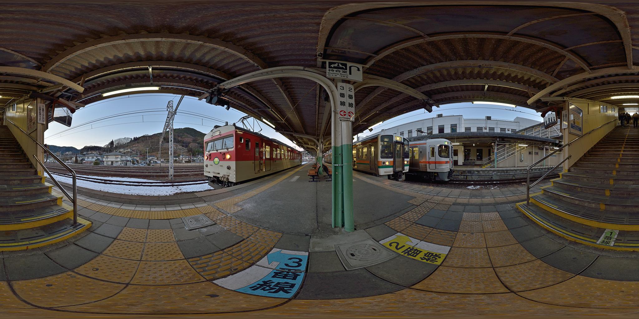 辰野駅を発車するミニエコー