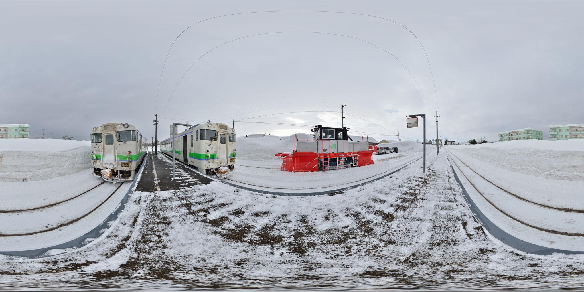 札沼線石狩月形駅で交換するキハ40