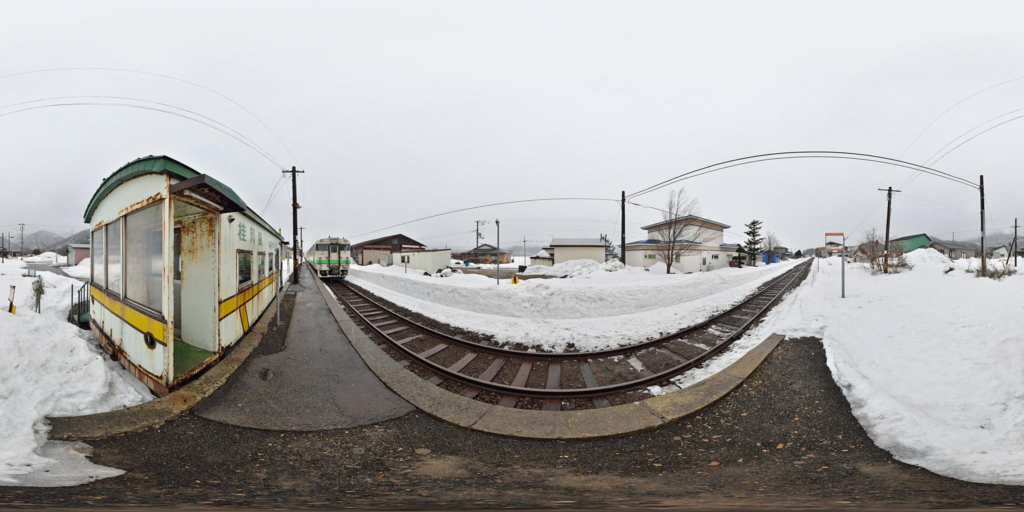 桂岡駅を発車する函館行き(125D)