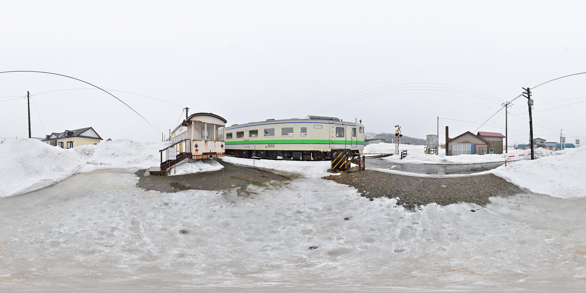中須田駅に到着した江差行き(122D)