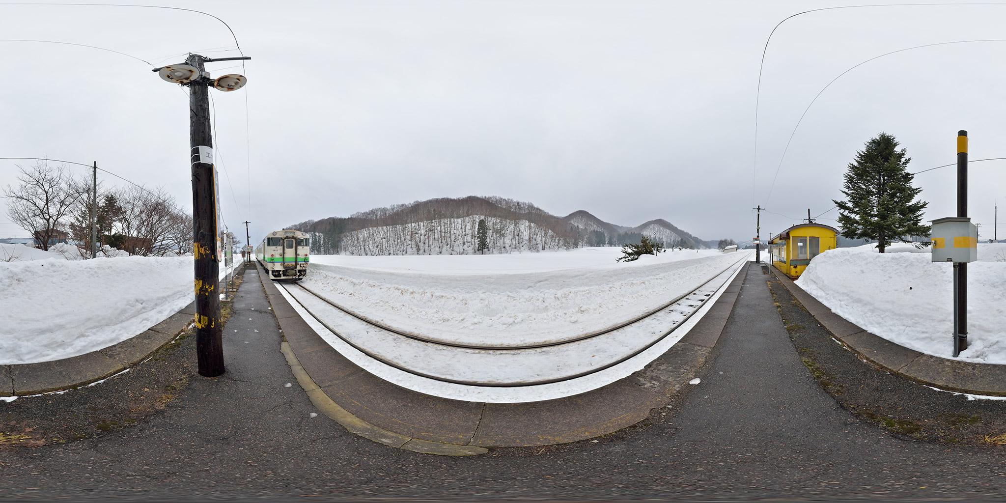 吉堀駅を発車する函館行き(121D)