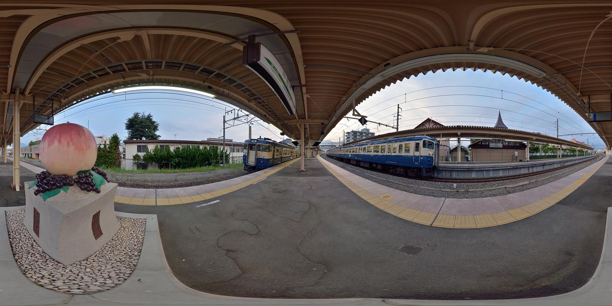 山梨市駅で並ぶ115系とホームの桃