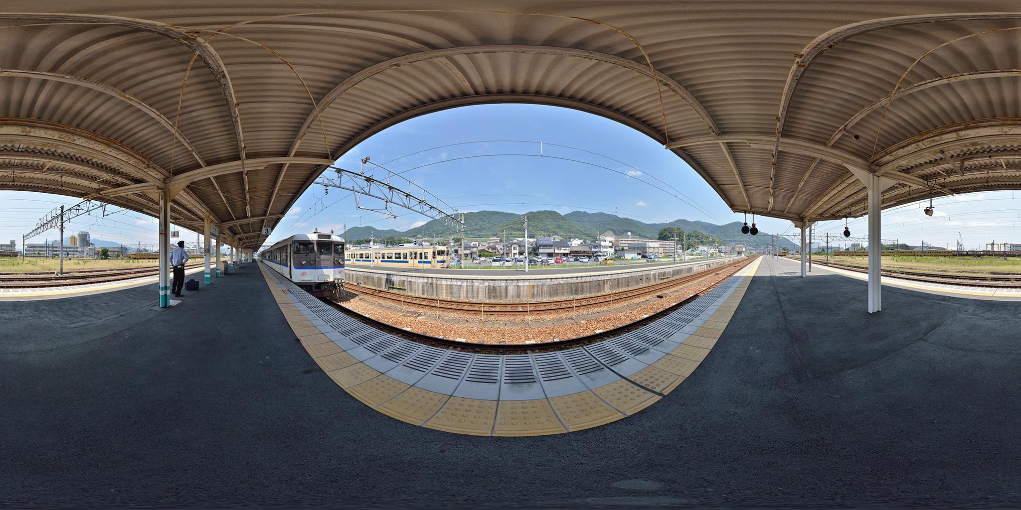 糸崎駅に並ぶ115系(L-17編成・H-01編成)