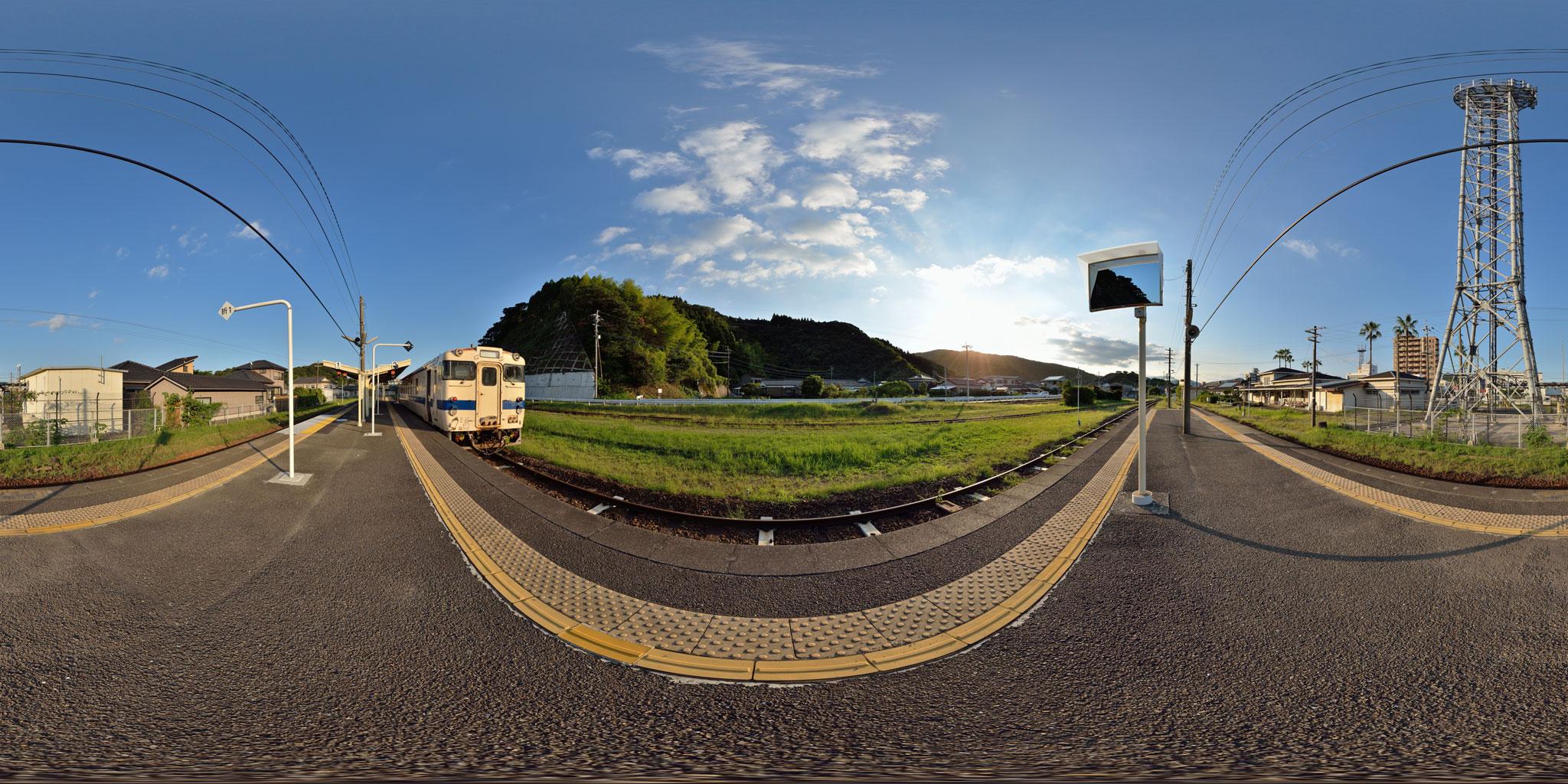 日南線油津駅、台風一過の夕焼け空