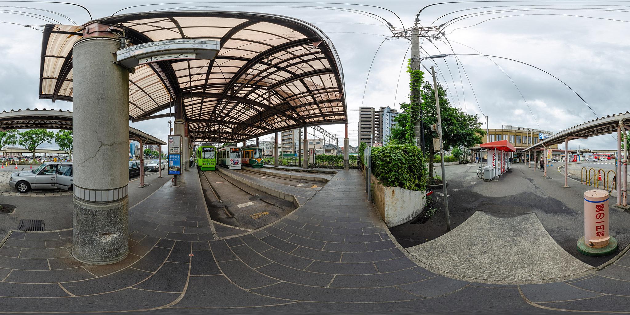 鹿児島市電鹿児島駅前電停とJR鹿児島駅4代目駅舎