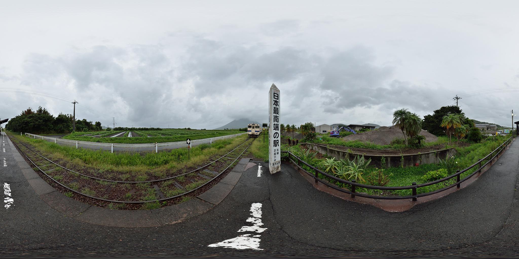 最南端の西大山駅と西大山踏切と開聞岳