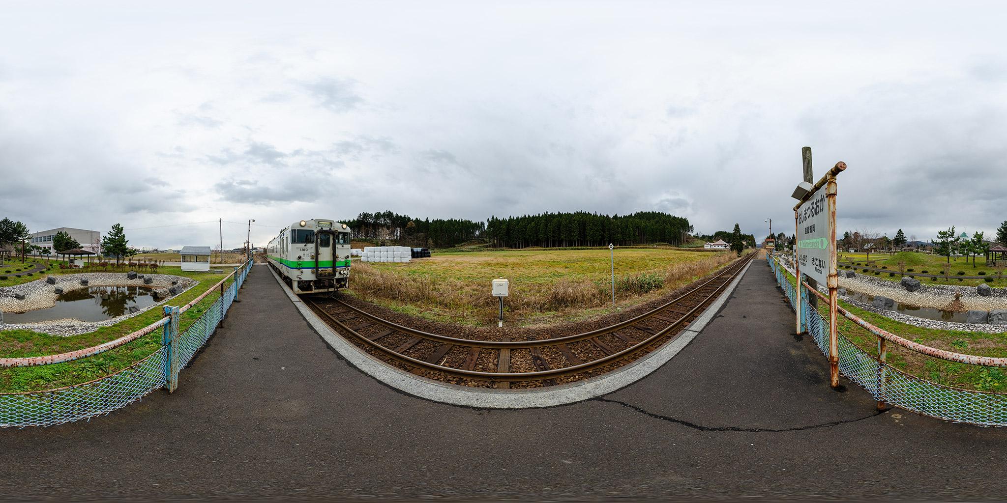 渡島鶴岡駅に到着するキハ40 1810(120D)