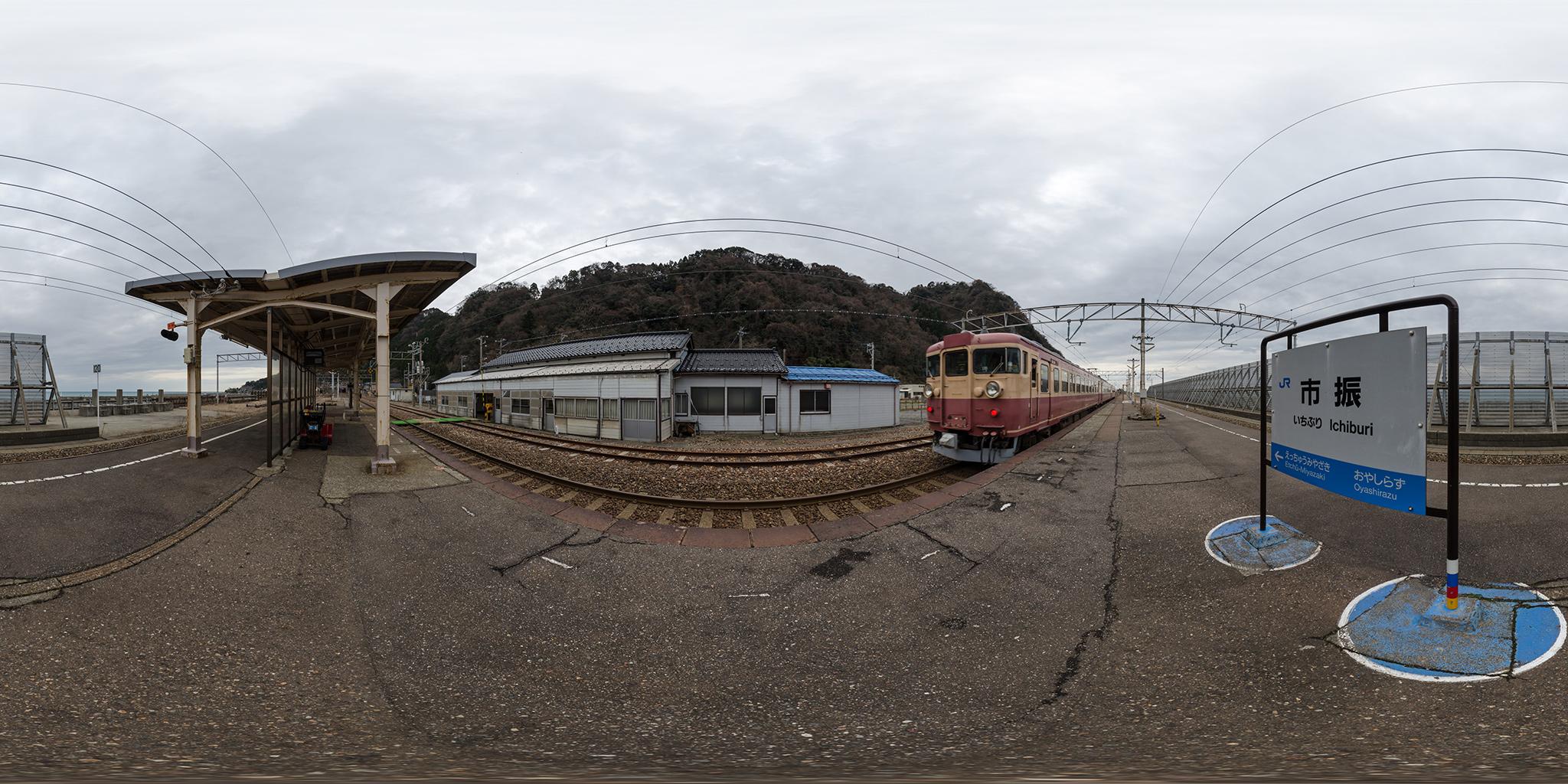 市振駅を発車する475系A19編成