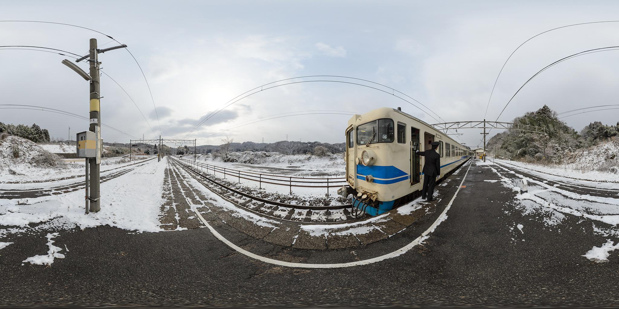 倶利伽羅駅を発車する475系