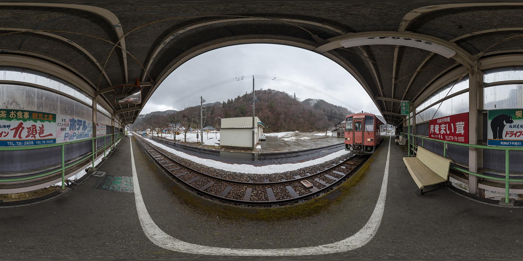 九頭竜湖駅に停車中の首都圏色キハ120-201。
