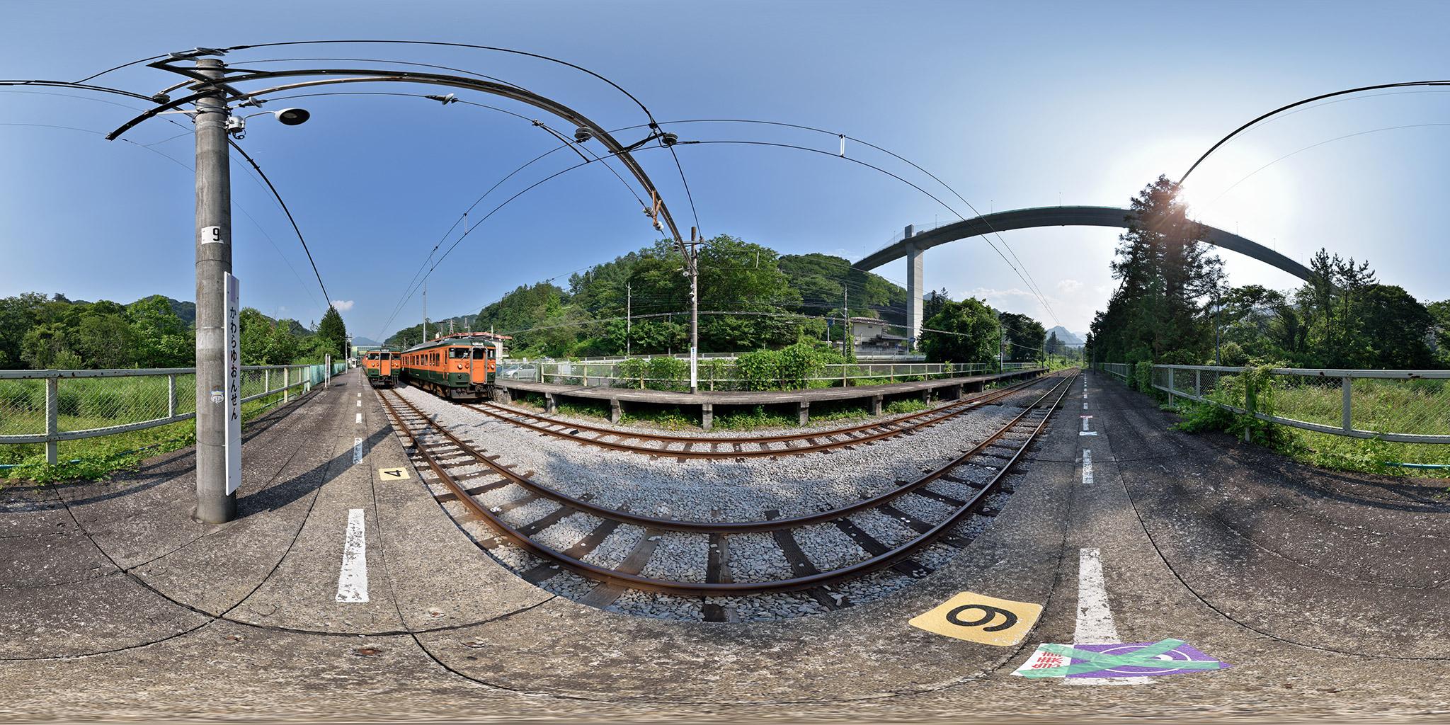 川原湯温泉駅で交換する115系T1030編成・T1147編成