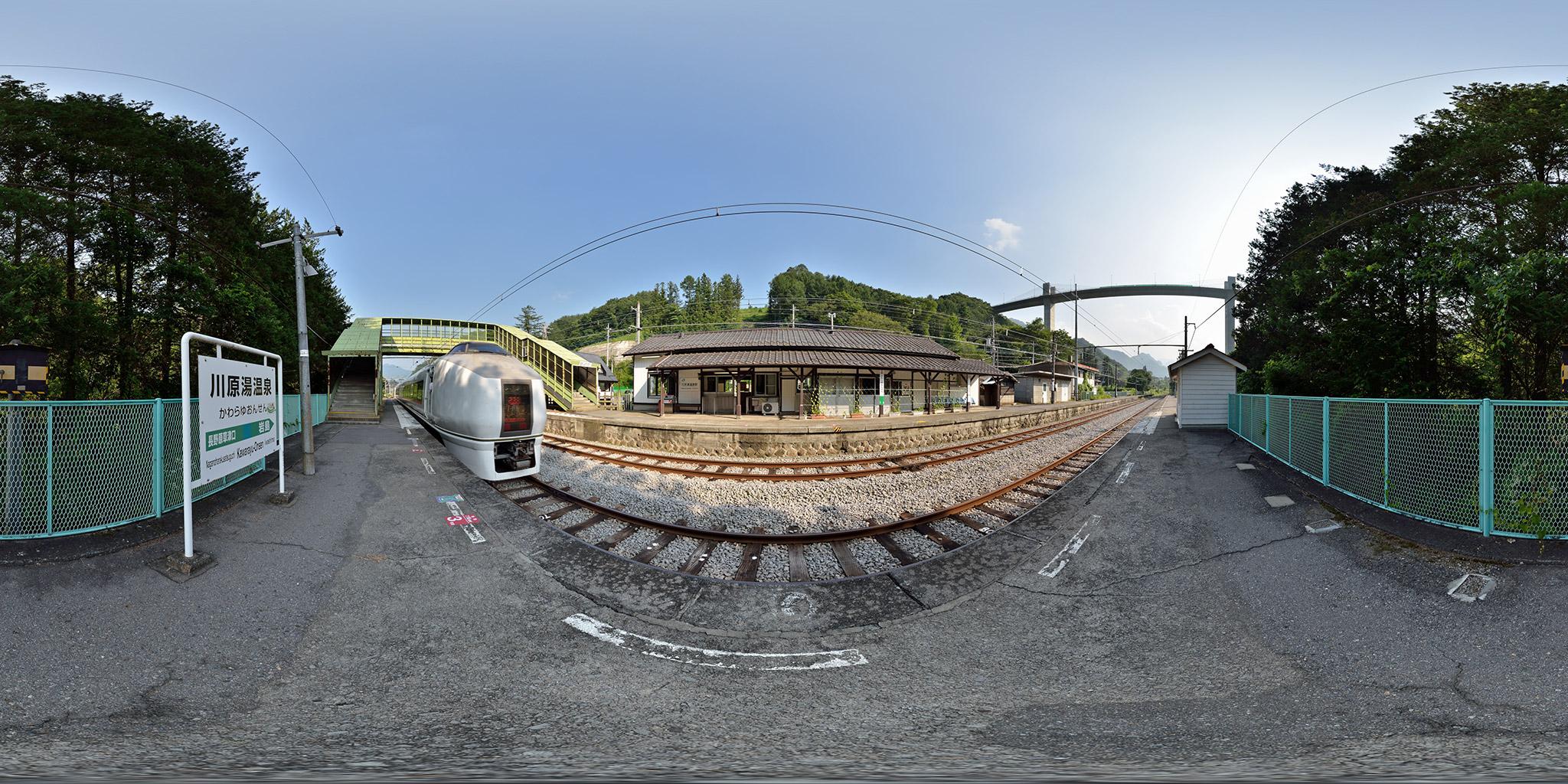川原湯温泉駅を発車する651系1000番台 OM205編成