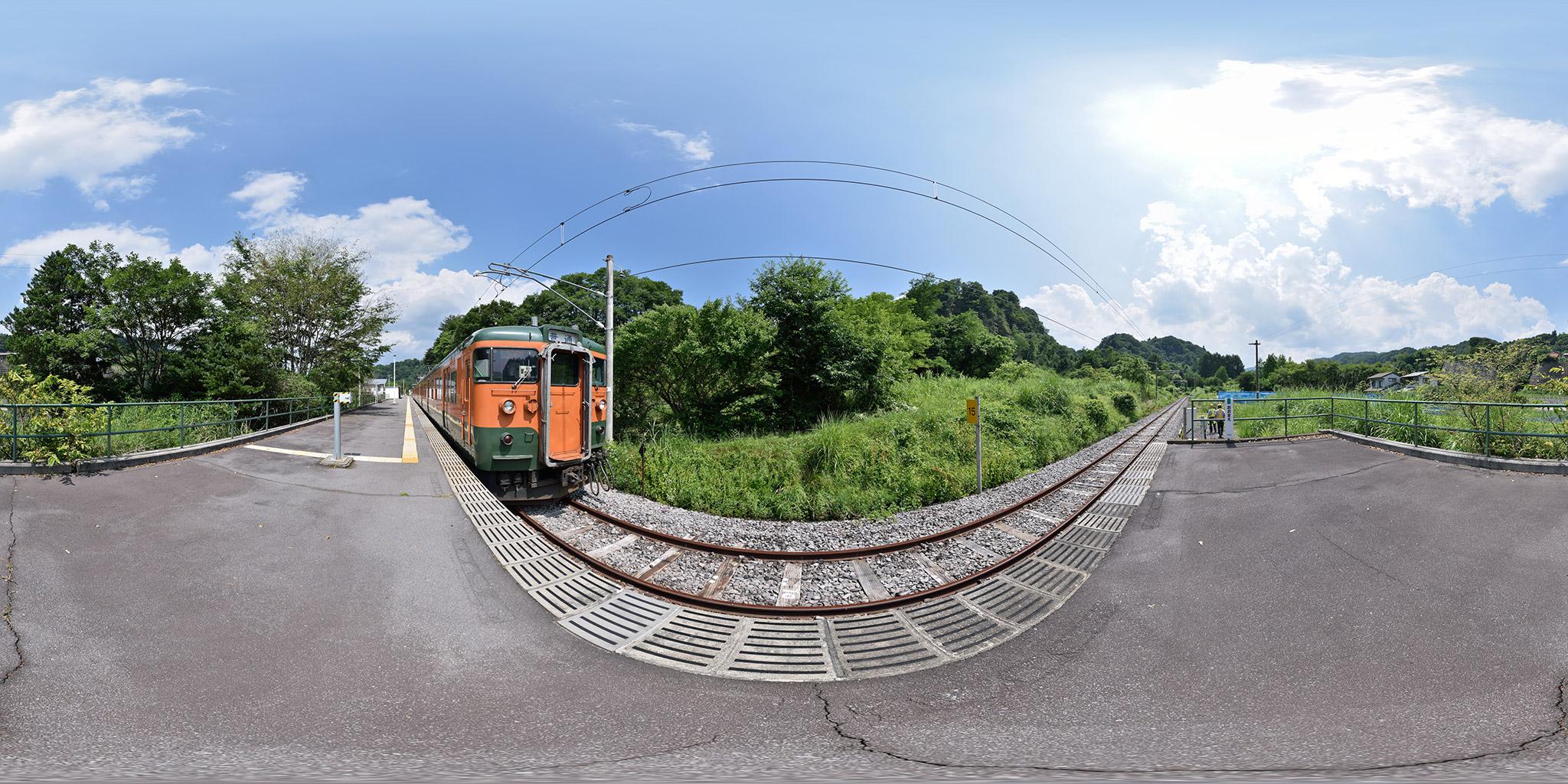 吾妻線大前駅に到着した115系T1044編成