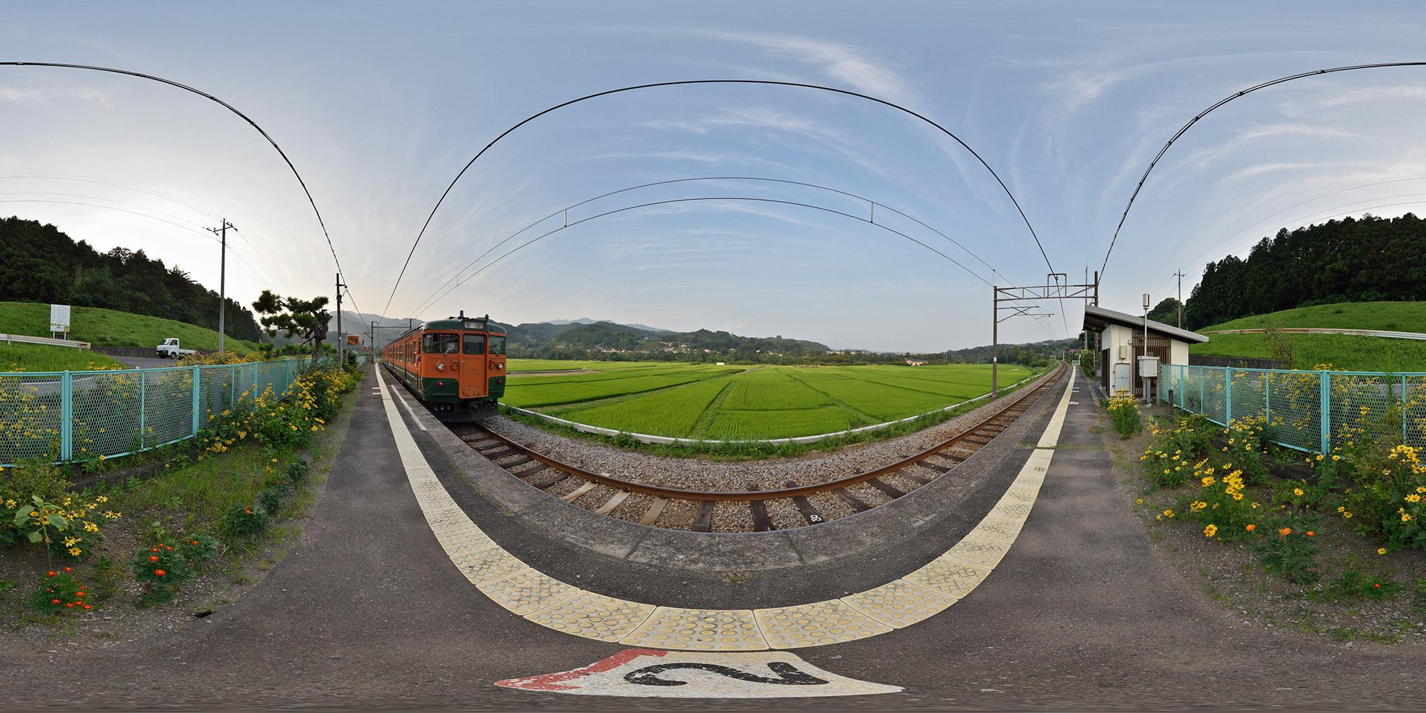 吾妻線祖母島駅を発車する115系T1147編成