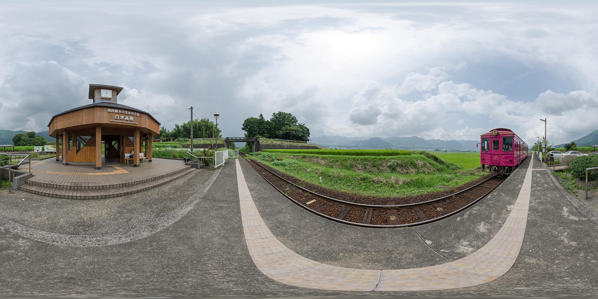 南阿蘇水の生まれる里白水高原駅に到着するMT-3010形