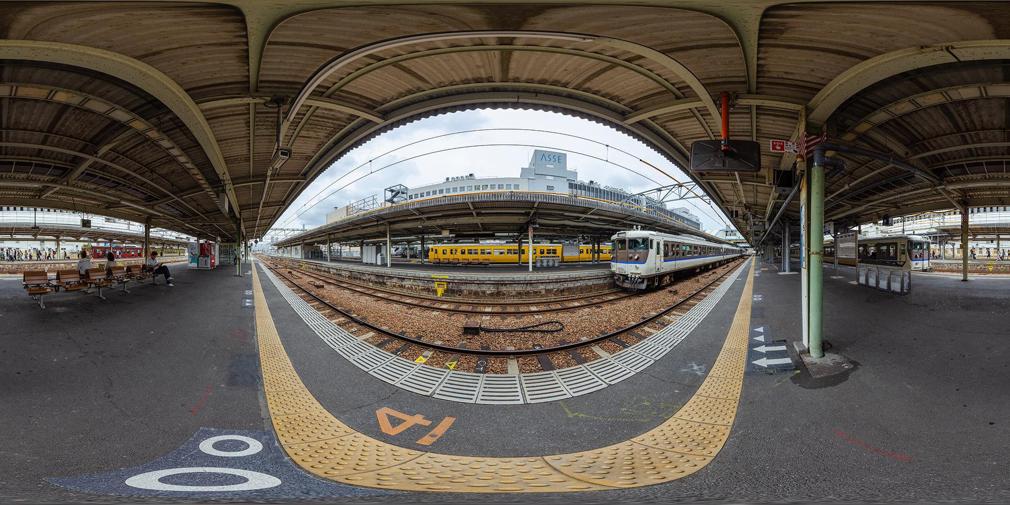 広島駅に並ぶ山陽本線と呉線の113系、115系