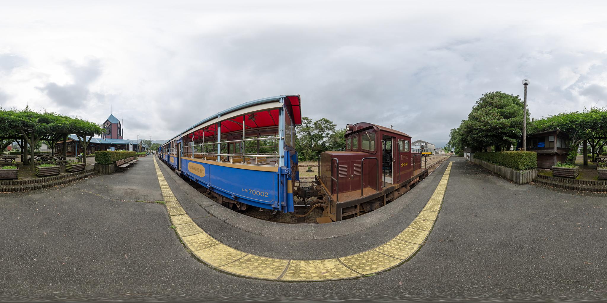 高森駅にてトロッコ列車「ゆうすげ号」DB1602