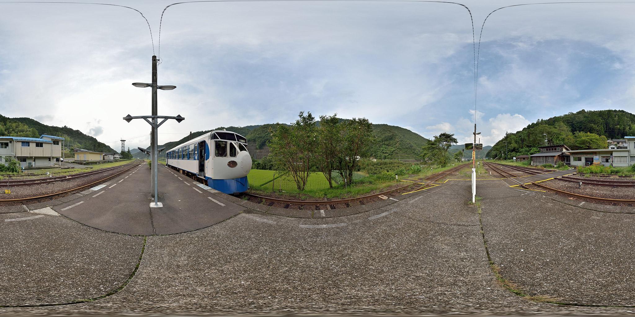 江川崎駅に停車する鉄道ホビートレイン(キハ32 3)