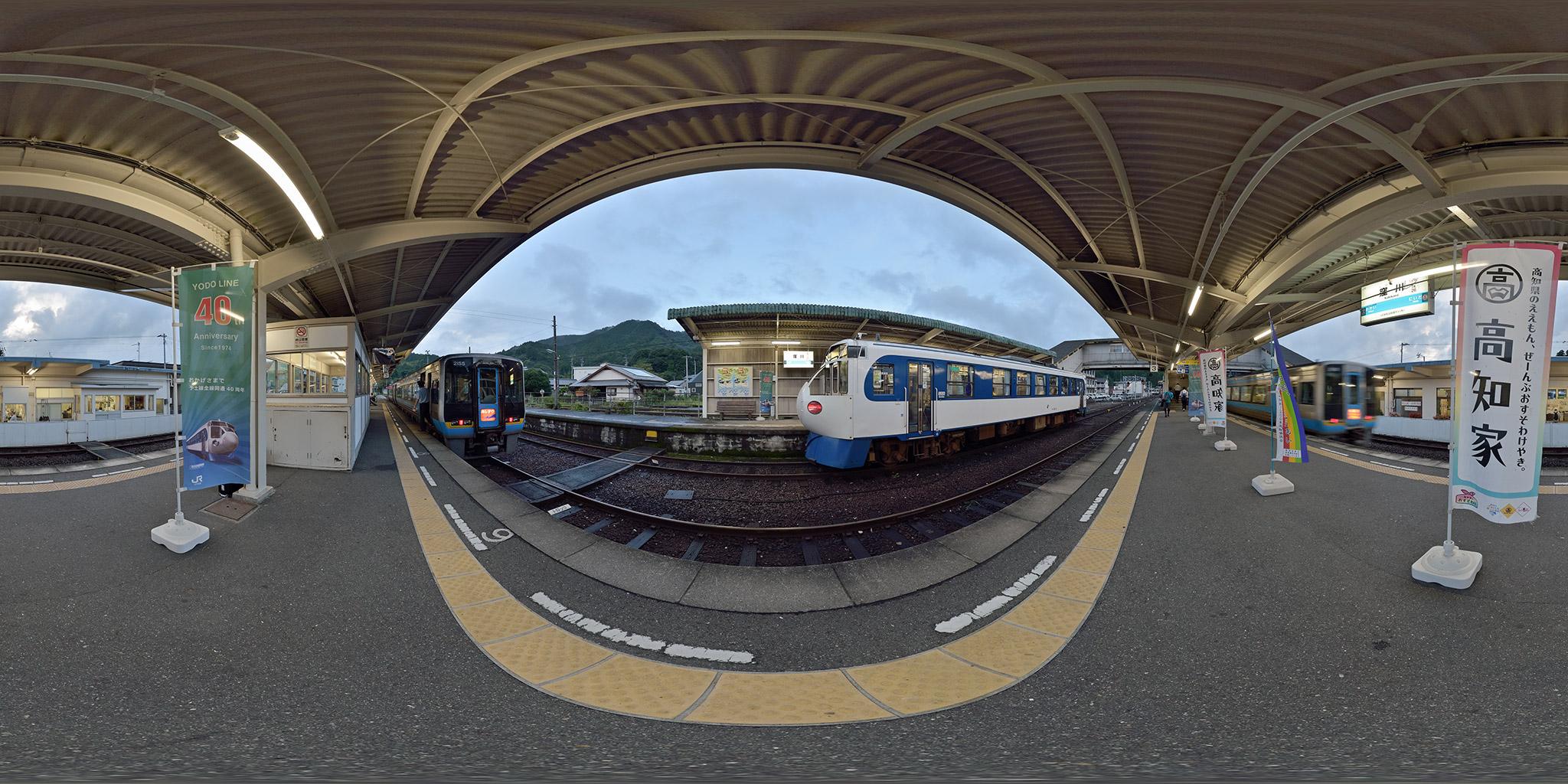 窪川駅で特急列車と並ぶ鉄道ホビートレイン(キハ32 3)