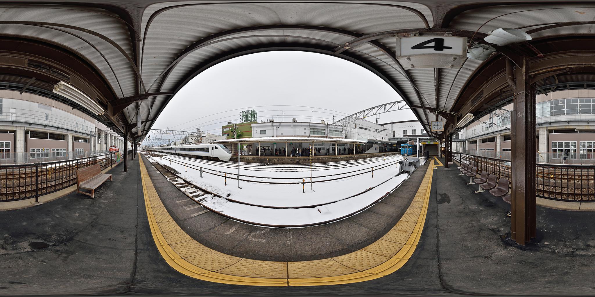 糸魚川駅に到着する681系特急はくたか