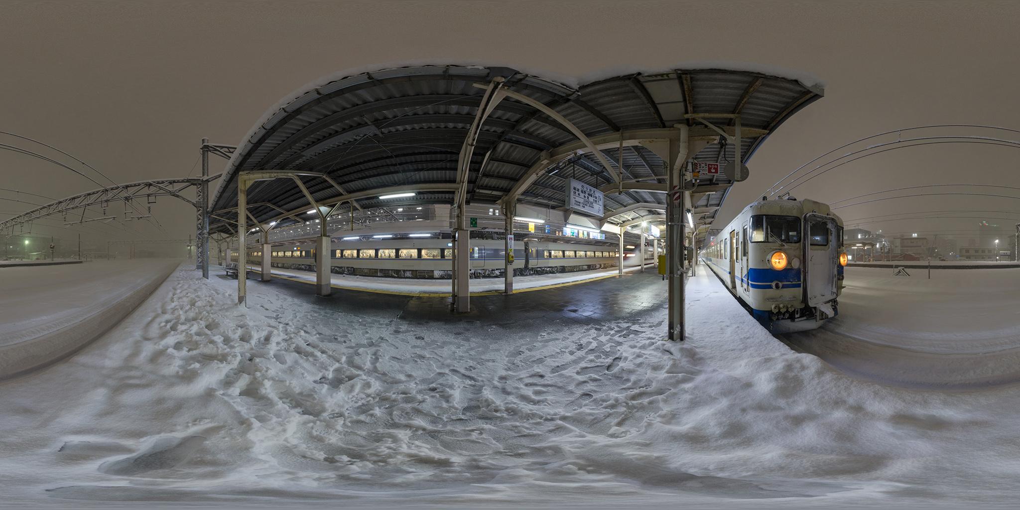 大雪の高岡駅を発着する681系と475系