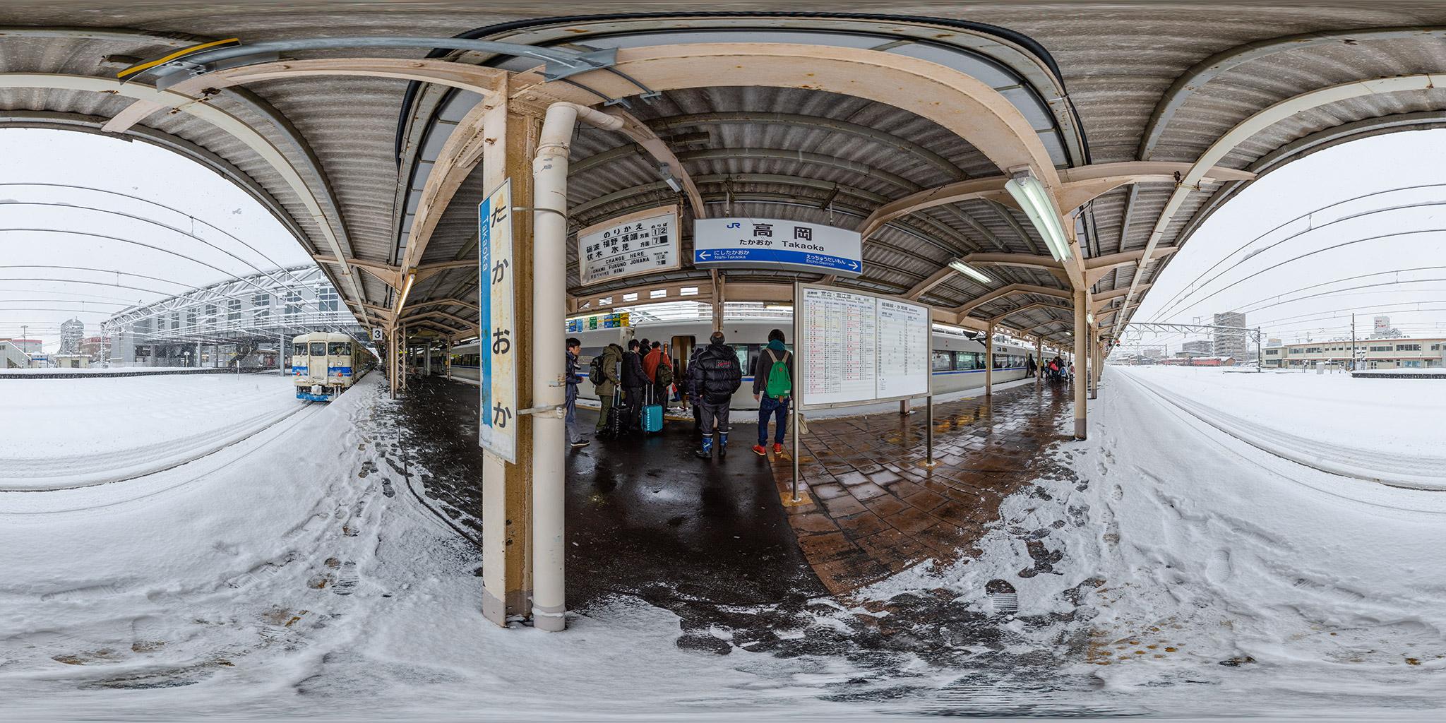 高岡駅にて475系と681系サンダーバード