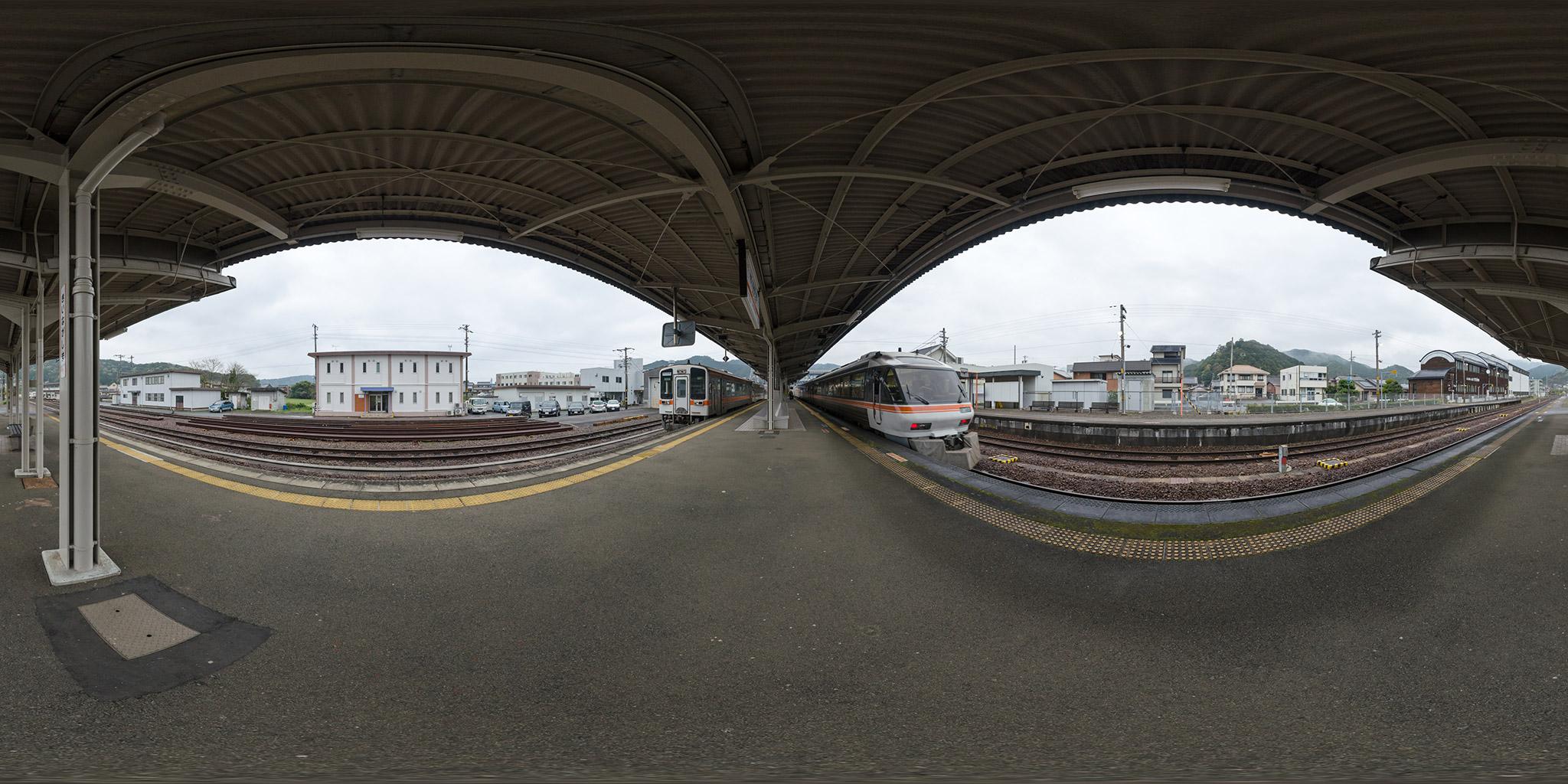 紀伊長島駅にてキハ85とキハ11