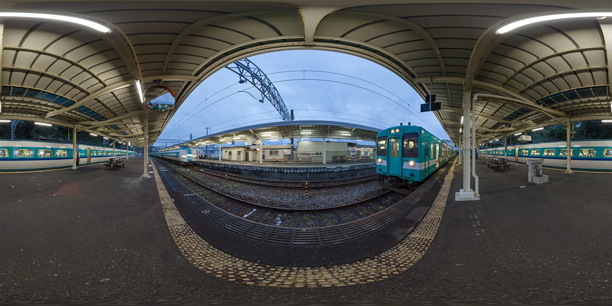 本州最南端の串本駅で381系「くろしお」が列車交換