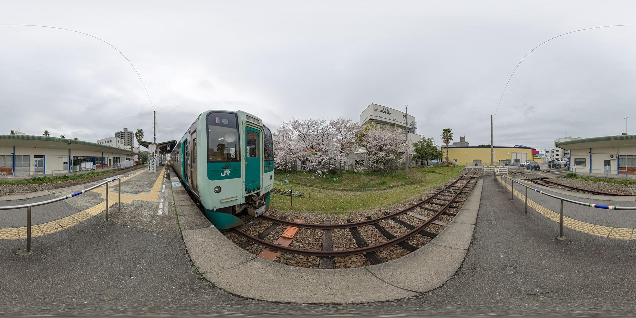 鳴門線の終着駅に停車中の1500形気動車。