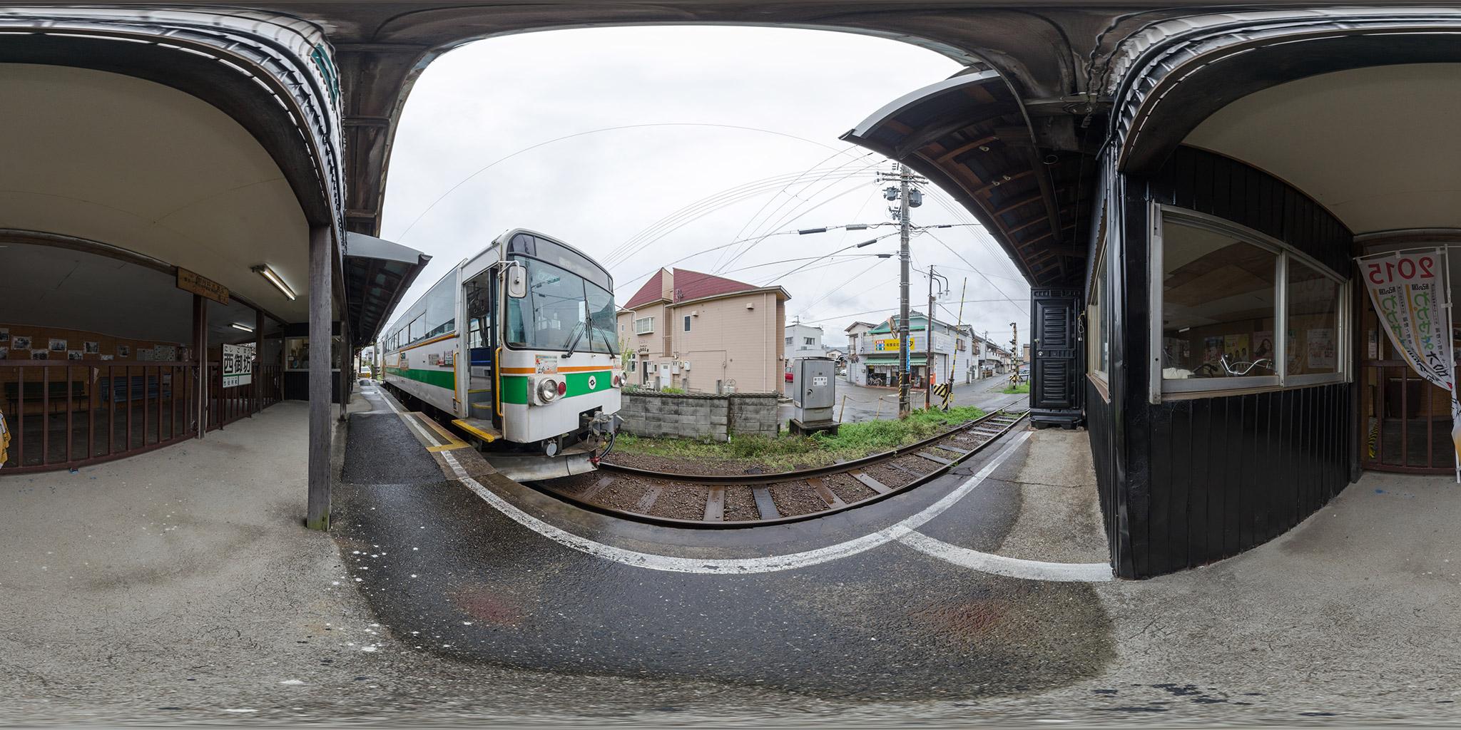紀州鉄道の終点、西御坊駅に停車中のキテツ2
