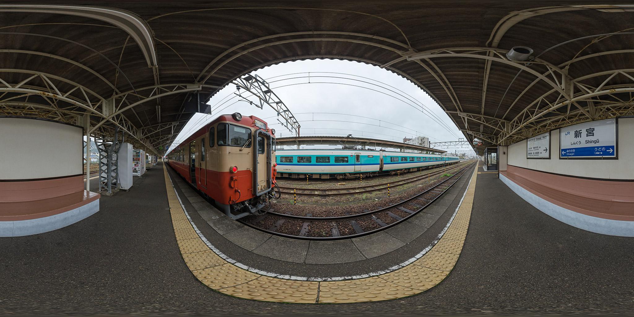 新宮駅にて381系とキハ48形