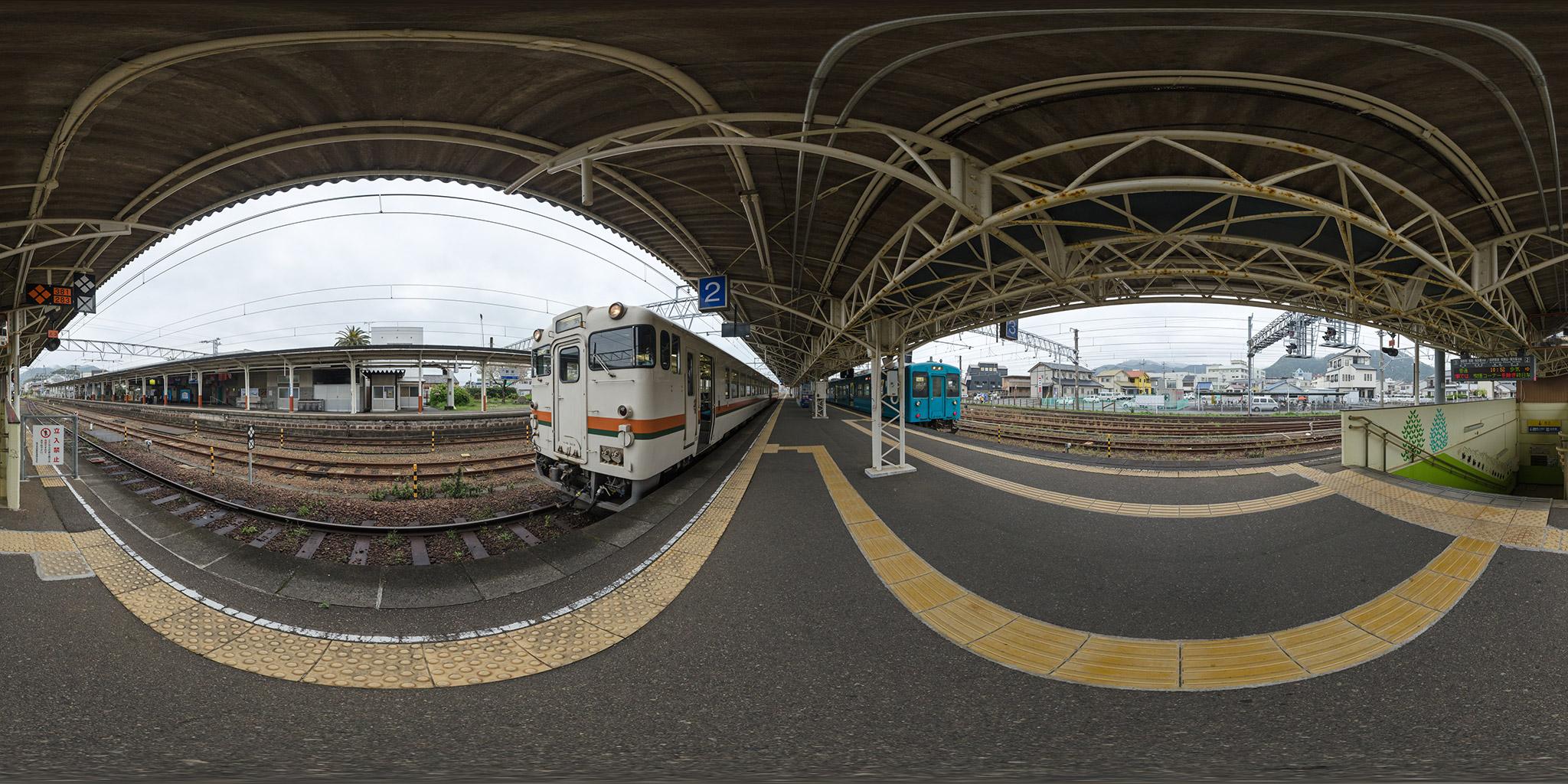 新宮駅にてキハ48形と105系