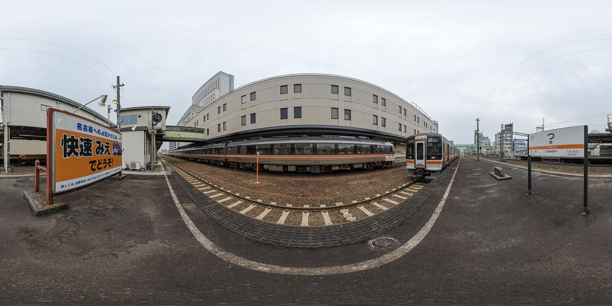 津駅で交換する「ワイドビュー南紀」と「みえ」