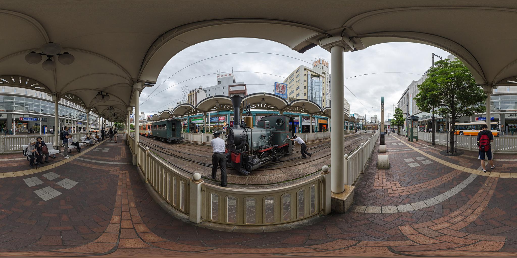 松山市駅で方向転換する坊っちゃん列車